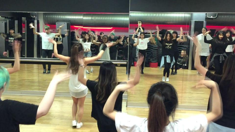 Berlatih gerakan dance kpop bersama teman komunitas